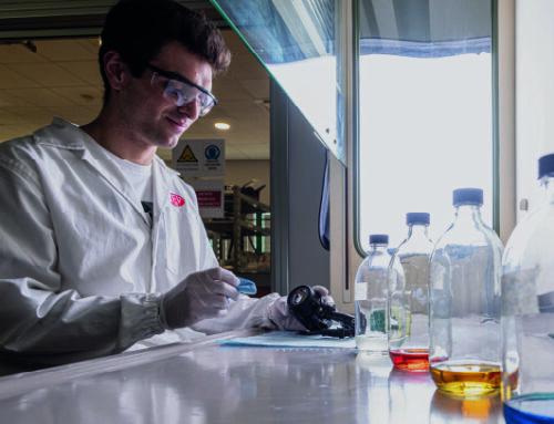 Motociclismo: Tre test di resistenza sui fendinebbia nei laboratori Cevlab